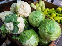 Κουτιά από χαρτόνι με τα λαχανικά σε μια θέση πώλησης οδών Στοκ Εικόνα