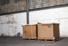 Κουτιά από χαρτόνι σε μια αποθήκη εμπορευμάτων καταστημάτων Στοκ Φωτογραφία