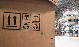 Κουτιά από χαρτόνι σε μια αποθήκη εμπορευμάτων καταστημάτων Στοκ Εικόνα
