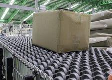 Κουτιά από χαρτόνι στη ζώνη μεταφορέων στην αποθήκη εμπορευμάτων διανομής Στοκ φωτογραφία με δικαίωμα ελεύθερης χρήσης
