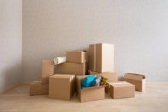 Κουτιά από χαρτόνι στο νέο κενό δωμάτιο στοκ φωτογραφία