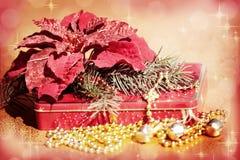 Κουδούνια, χριστουγεννιάτικο δέντρο, Poinsettia και δώρο Στοκ εικόνα με δικαίωμα ελεύθερης χρήσης