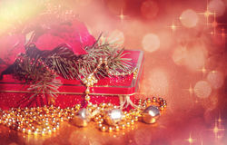 Κουδούνια, χριστουγεννιάτικο δέντρο, Poinsettia και δώρο Στοκ φωτογραφίες με δικαίωμα ελεύθερης χρήσης