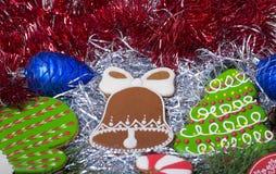 Κουδούνι, γάντι και χριστουγεννιάτικο δέντρο μπισκότων Χριστουγέννων Στοκ Φωτογραφία