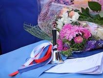 Κουδούνι, κορδέλλες tricolor και λουλούδια Στοκ Εικόνα