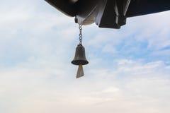 Κουδούνι σε ένα υπόβαθρο του μπλε ουρανού Στοκ Φωτογραφία