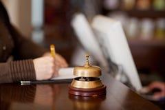Κουδούνι στο μετρητή ξενοδοχείων Στοκ Φωτογραφίες