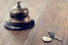 Κουδούνι υποδοχής και κλειδί ξενοδοχείων Στοκ Φωτογραφίες