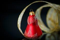 Κουδούνι Χριστουγέννων με τη χρυσή κορδέλλα Στοκ εικόνες με δικαίωμα ελεύθερης χρήσης