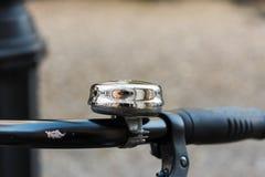 Κουδούνι χρωμίου σε ένα παλαιό bycicle - κλείστε επάνω Στοκ Εικόνες
