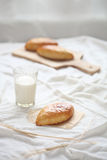 Κουλούρια λάχανων με το ποτήρι του γάλακτος στοκ εικόνες με δικαίωμα ελεύθερης χρήσης