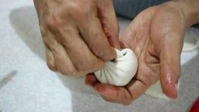 Κουλούρια ατμού που μαγειρεύουν τη διαδικασία φιλμ μικρού μήκους