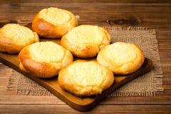Κουλούρια ζύμης με το τυρί, παραδοσιακή ρωσική ζύμη, στο ξύλινο υπόβαθρο Στοκ Φωτογραφίες