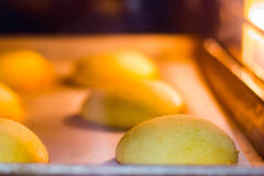 Κουλούρια που ψήνουν στο φούρνο Στοκ Φωτογραφίες