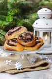 Κουλούρια σπόρου παπαρουνών στη στάση κέικ. Ρύθμιση Παραμονής Χριστουγέννων Στοκ φωτογραφίες με δικαίωμα ελεύθερης χρήσης