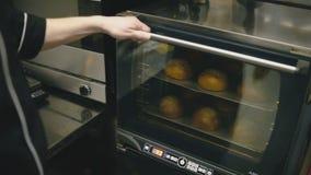 Κουλούρια στην κινηματογράφηση σε πρώτο πλάνο φούρνων απόθεμα βίντεο