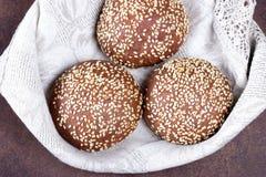 Κουλούρι ψωμιού στα αγροτικά υπόβαθρα Στοκ Εικόνες