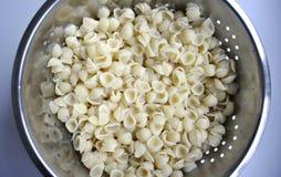κοχύλια ζυμαρικών τρυπητώ&n Στοκ εικόνες με δικαίωμα ελεύθερης χρήσης