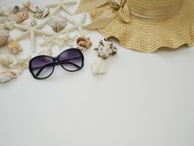 Θερινό υπόβαθρο Κοχύλια, καπέλα αχύρου, γυαλιά ηλίου στοκ εικόνες