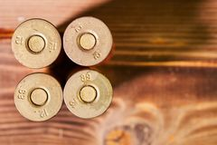 Κοχύλια κυνηγιού και 12 κασέτες μετρητών στο ξύλινο υπόβαθρο στοκ φωτογραφία με δικαίωμα ελεύθερης χρήσης