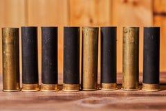 Κοχύλια κυνηγιού και 12 κασέτες μετρητών στο ξύλινο υπόβαθρο στοκ εικόνες