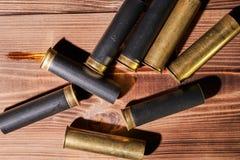 Κοχύλια κυνηγιού και 12 κασέτες μετρητών στο ξύλινο υπόβαθρο στοκ φωτογραφίες με δικαίωμα ελεύθερης χρήσης