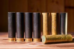 Κοχύλια κυνηγιού και 12 κασέτες μετρητών στο ξύλινο υπόβαθρο στοκ φωτογραφία