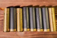 Κοχύλια κυνηγιού και 12 κασέτες μετρητών στο ξύλινο υπόβαθρο στοκ εικόνα