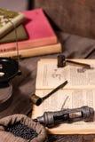 12 κοχύλια μετρητών που ξαναφορτώνουν τη διαδικασία Κασέτα για το κυνήγι Να προετοιμαστεί για το κυνήγι και πυροβολισμός Παλαιό χ στοκ εικόνα