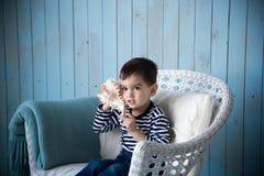 Κοχύλι παιχνιδιού αγοριών Στοκ φωτογραφία με δικαίωμα ελεύθερης χρήσης