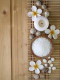 Κοχύλια, άλας και tiare λουλούδια Στοκ Εικόνες