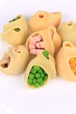 Κοχύλια ζυμαρικών που γεμίζονται με τα λαχανικά και το λουκάνικο Στοκ Εικόνες