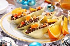 Κοχύλια ζυμαρικών που γεμίζονται με τους σπόρους παπαρουνών για τα Χριστούγεννα Στοκ Εικόνες