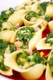 Κοχύλια ζυμαρικών που γεμίζονται με το σπανάκι και τα αυγά Στοκ Εικόνα