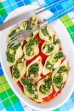 Κοχύλια ζυμαρικών που γεμίζονται με το σπανάκι και τα αυγά Στοκ εικόνα με δικαίωμα ελεύθερης χρήσης