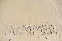 κοχύλια θάλασσας άμμου όμορφη κενή θερινή πετοσφαίριση παραλιών σφαιρών ανασκόπησης Τοπ όψη Στοκ Φωτογραφία
