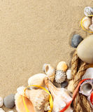 Κοχύλια θάλασσας με την άμμο, σχοινί ως υπόβαθρο Στοκ Εικόνα