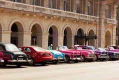Κούβα Αβάνα 8 Φεβρουαρίου 2018 - τα αναδρομικά αυτοκίνητα σταθμεύουν στο squ Στοκ Εικόνες