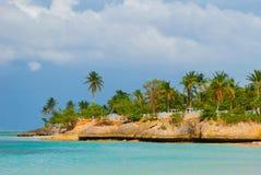 Κούβα, Holguin: Παραλία Guardalavaca - μέσες καραϊβικές θάλασσα και ακτή στοκ φωτογραφία