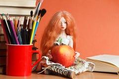 Κούκλα και μήλο στοκ εικόνες