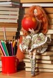Κούκλα και μήλο στοκ φωτογραφίες