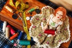 Κούκλα και νήμα στοκ εικόνα με δικαίωμα ελεύθερης χρήσης