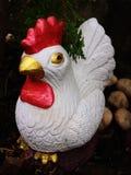 Κούκλα κοτόπουλου στον κήπο στοκ εικόνα