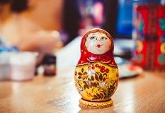 κούκλα που τοποθετείτ&alp Στοκ Φωτογραφία