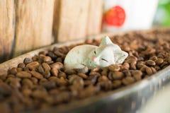 Κούκλες γατών και φασόλια καφέ για την εσωτερική διακόσμηση Στοκ Εικόνα