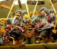 Κούκλες μαγισσών στα ραβδιά σκουπών Στοκ Εικόνες