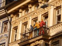 Κούκλες που παίρνουν τον ήλιο στο μπαλκόνι Στοκ Φωτογραφίες