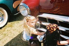 Κούκλες που ωθούν το αυτοκίνητο Στοκ Εικόνες