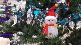 Κούκλα ατόμων χιονιού κάτω από το δέντρο πεύκων Στοκ εικόνα με δικαίωμα ελεύθερης χρήσης