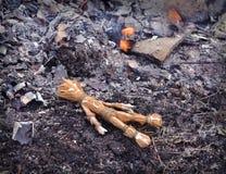 Κούκλα βουντού που βρίσκεται στις τέφρες από την πυρκαγιά Στοκ φωτογραφία με δικαίωμα ελεύθερης χρήσης